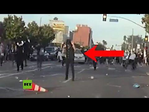 Un manifestante con las manos en alto recibe un disparo en la cabeza por la Policía en EE.UU.