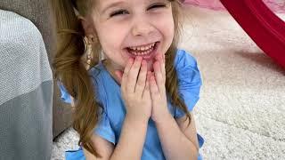 Eva y mamá fingieron jugar al escondite y divertirse con juguetes para niños con un invitado inusual
