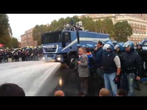 Porta Pia cariche della Polizia solidali Ex Telecom a Roma