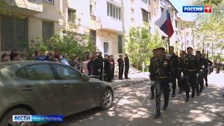 Моряки ЧФ провели персональные парады для ветеранов в Севастополе