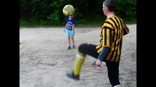 Двор Мини Футбол Удар в фотокамеру Сын и внук Кот болельщик