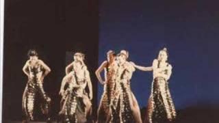 名倉加代子スタジオの映像をバックに歌います。