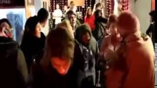 Православные люди нападают на Секс-шоп.