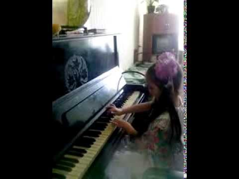 Надя играет