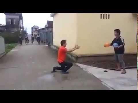 Chết cười với màn nổ bóng giả súng dọa người đi đường