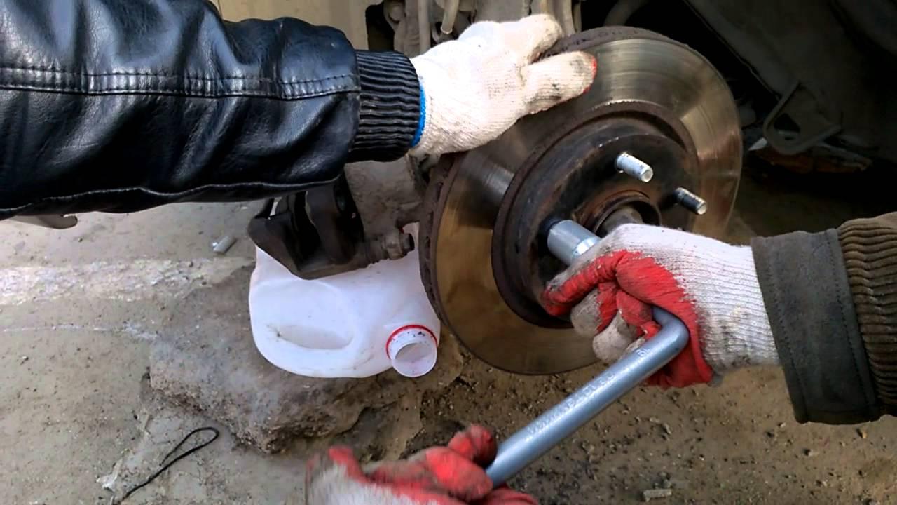 Как заменить шпильку переднего колеса Ниссан Лафест - YouTube