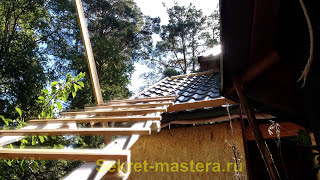 Лестница для работы крыше из металлочерепице / Stairway to work on the roof of metal(Лестница для работы на крыше из металлочерепицы своими руками. Укладка последнего листа на крутой крыше..., 2015-09-06T17:11:59.000Z)