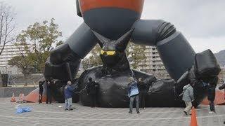 神戸市長田区で23日、阪神大震災の復興シンボル「鉄人28号」のモニュメントの前に、作品上のライバル「ブラックオックス」の上半身のバ...