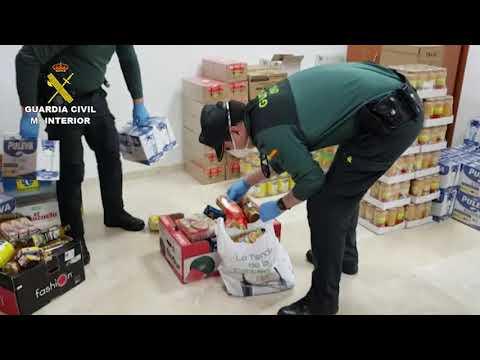 La Guardia Civil entrega alimentos a familias necesitadas en Carcabuey