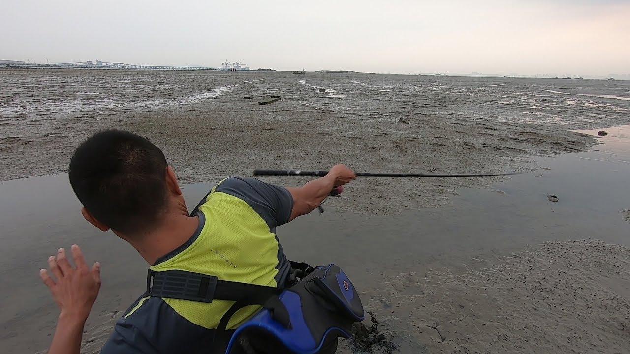 阿烽用出祖傳趕海秘籍,在泥灘中竟然能釣到跳跳魚,太好玩了 - YouTube