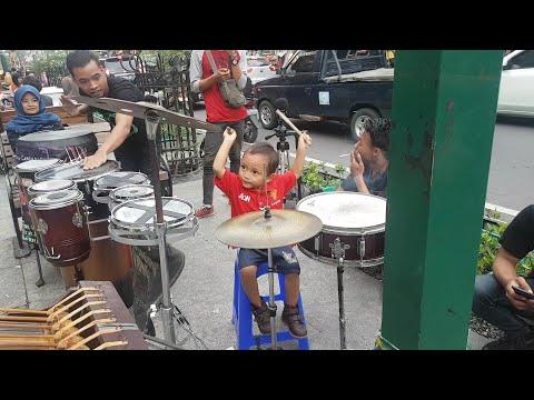Keren, Anak kecil Diajarin Main Drum Langsung Bisa sama Carehal (Angklung Malioboro)