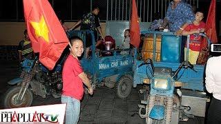 PLO - CSGT căng mình xử lý nhiều xe ba gác chở người cổ vũ