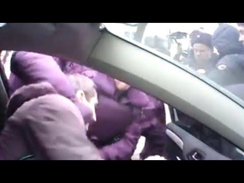 Полицейские вытаскивают депутата из машины на Цандера 7 в Москве