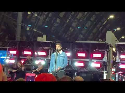 Marco Mengoni canta Hola in stazione centrale a Milano