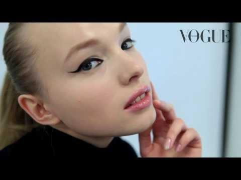 Как сделать кожу идеальной: универсальный макияж с черными стрелками