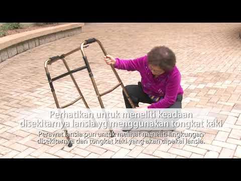 Membantu lansia berjalan dengan rangka bantu jalan