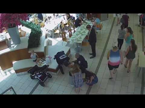 Dos policías le salvan la vida a un bebé que se atragantó con un 'nugget' de pollo