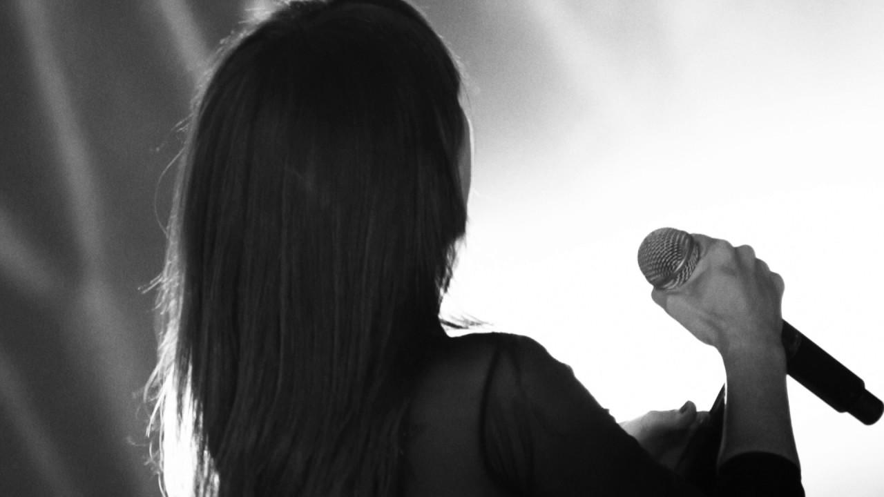 Hoy las nubes altas, coloreadas con cálidos colores, darán paso a posibilidad de nieblas que pueden ser densas y persistentes. Mucha precaución en carretera por esta posibilidad a causa de la reducción de visibilidad. Temperaturas sin cambios. Hoy invitamos a Amaral para que nos hable de la niebla. Una bella canción de este grupo musical español de pop rock y rockoriginario de Zaragoza formado por Eva Amaral y Juan Aguirre. Su discografía se compone de siete álbumes de estudio, una edición especial y dos DVD en directo, desde 1998 hasta la actualidad.