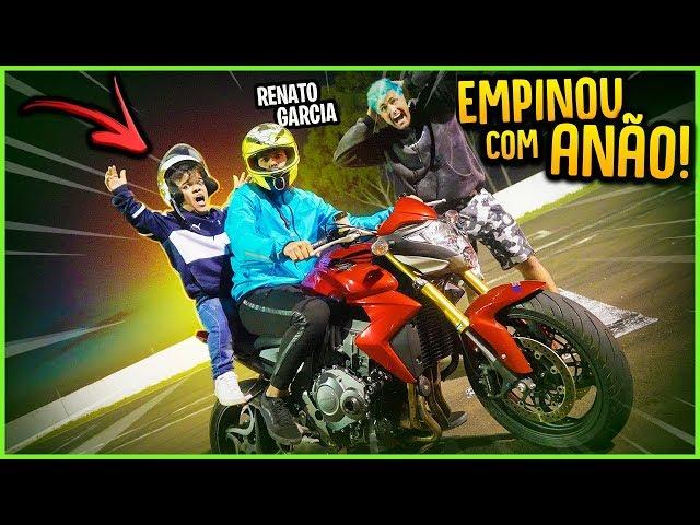O RENATO GARCIA EMPINOU A MOTO COM O ANÃO NA GARUPA!! ( DEU RUIM? ) [ REZENDE EVIL ]