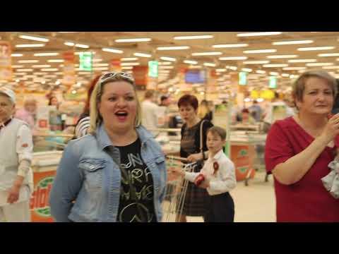 """Флешмоб в гипермаркете  """"Глобус"""" г. Щёлково ко Дню Победы! Марина Селиванова запевает."""