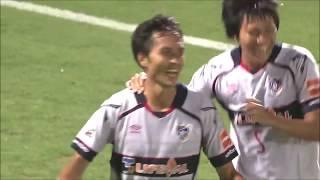 CKのチャンスからゴール前にこぼれたボールを前田 遼一(FC東京)が押し...