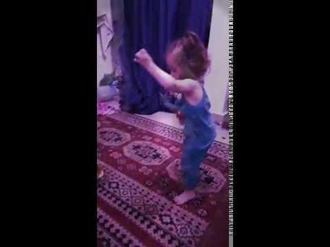 رقصة الطفلة المعجزة thumbnail