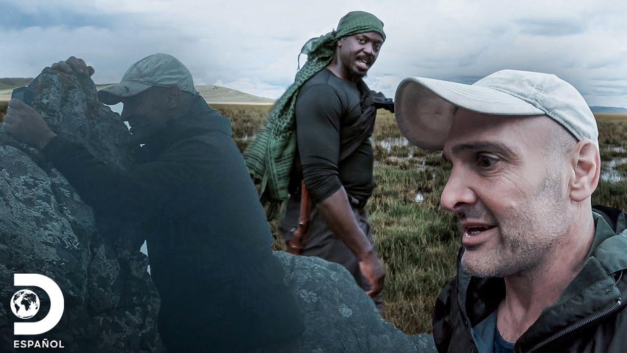Ed pende de una roca para no caer al vacío   Ed Stafford: Contra Todos   Discovery En Español