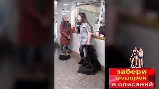 Пьяная девушка в метро Драка с плицейским