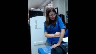 Угарная бабулька расплачивается за приобретенный холодильник в магазине(Ржака)