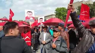 Митингуют сторонники Садыра Жапарова и Омурбека Текебаева