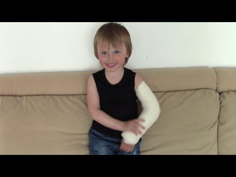 Болит кисть руки у ребенка