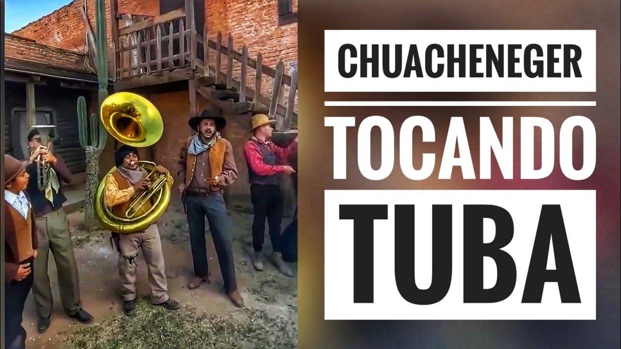El chuacheneger hechandose unas canciones en la Tuba