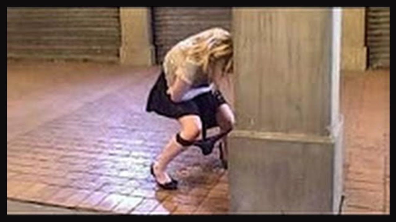 smotret-video-devushka-terpit-v-tualet-porno-ebut-vrachi-patsientok
