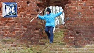 Коля играет в руинах древнего замка!