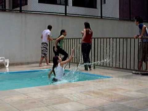Flor sendo jogada na piscina