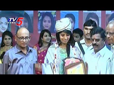 TV5 Roja Receives Aradhana Best News Reader Award 2015 | Aradhana Awards | TV5 News