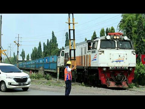 [Sinyal mekanik NGANGKAT] Kereta angkutan batubara berangkat Cigading