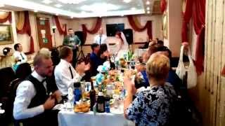Выход жениха и невесты на свадьбе