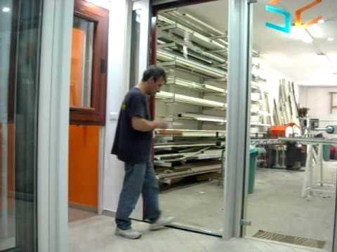 Porta finestra con cancello in ferro e zanzariera infissi napoli youtube - Serranda porta finestra ...