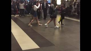 Video [FANCAM] 170924 TWICE Arrival in Singapore Changi Airport download MP3, 3GP, MP4, WEBM, AVI, FLV Juni 2018