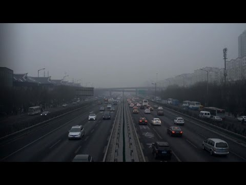 Beijing slashes traffic under pollution red alert