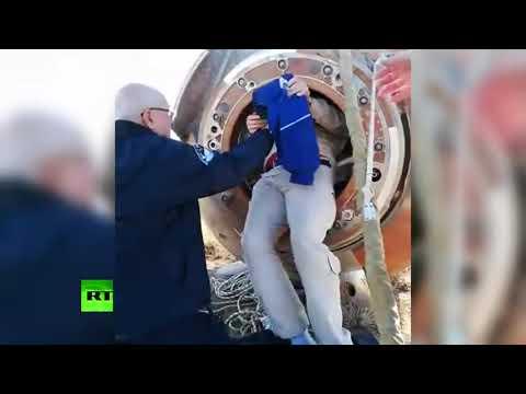 Овчинина и Хейга достают из капсулы после аварийной посадки — видео