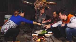 冬天来了,农村吃饭有了这个神器,连桌子都不要了 thumbnail