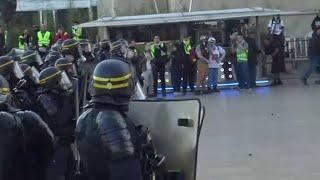 Des gilets jaunes font face aux forces de l'ordre sur la place du Trocadéro à Paris