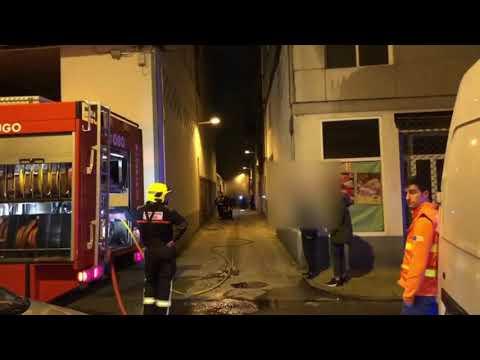 Los Bomberos sofocan un incendio en un garaje en Lugo
