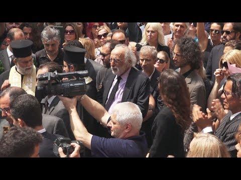 Θλίψη στο βλέμμα και δάκρυα στα μάτια, στη κηδεία της Ζ. Λάσκαρη