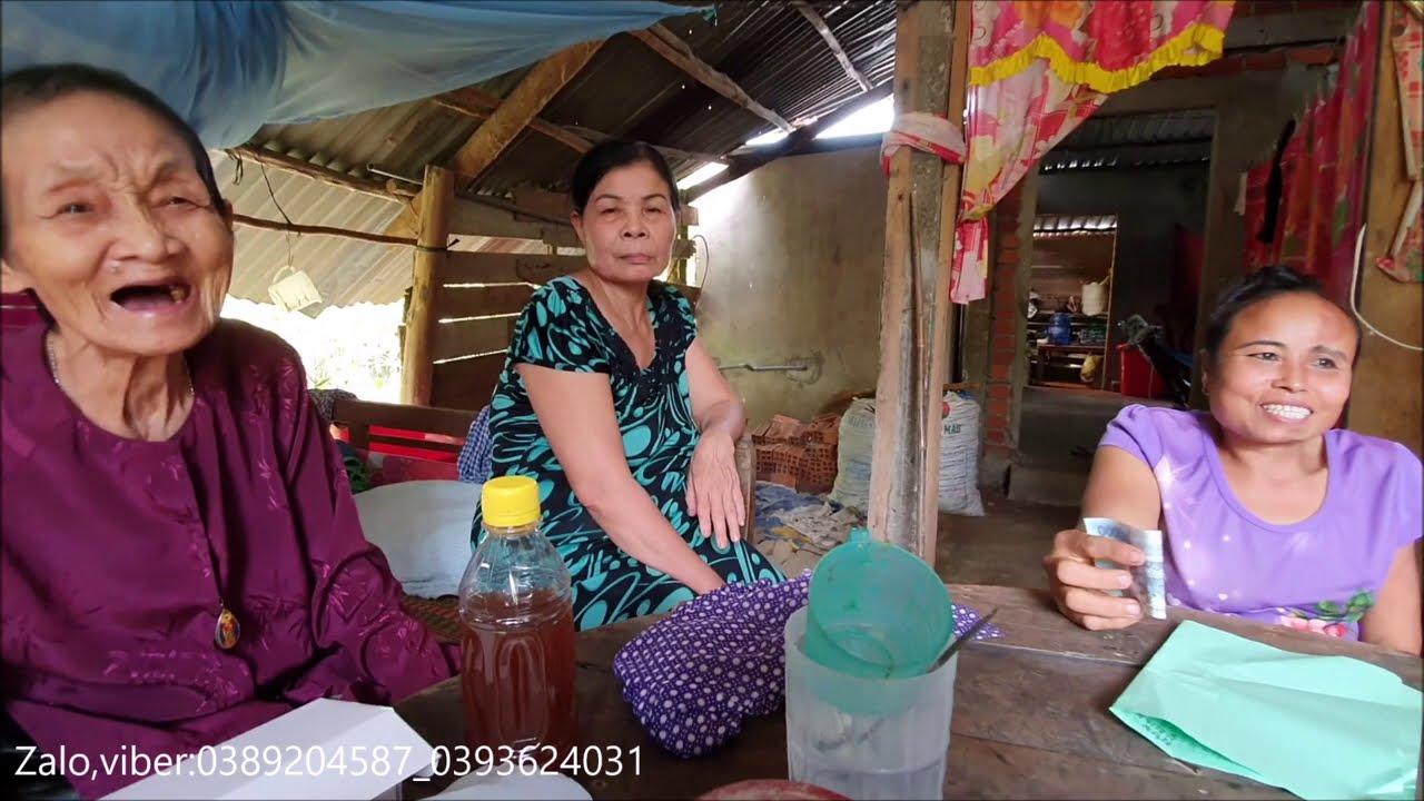 Bà 7 hộ nghèo duy nhất có người con trai rất khờ,và nàng dâu bị tật cong lưng