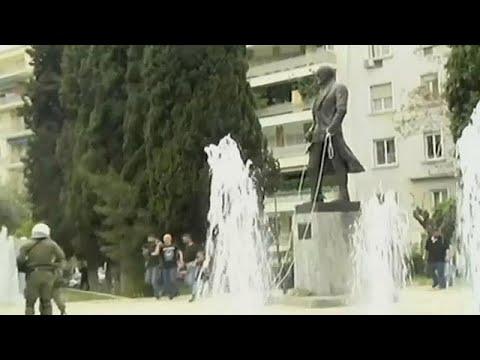 Atene, manifestanti anti-Usa cercano di abbattere la statua di Truman