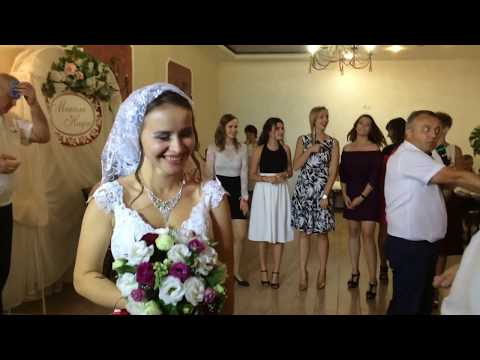 Новые приколы на свадьбе! Бросание букета невесты 👰🏼 💐 ведущий свадьбы отжигает не по детски