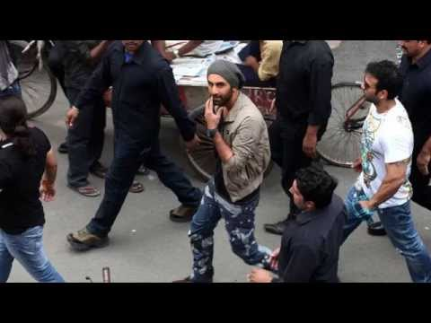 OMG : Ranbir Kapoor Cleaning car in Delhi !!